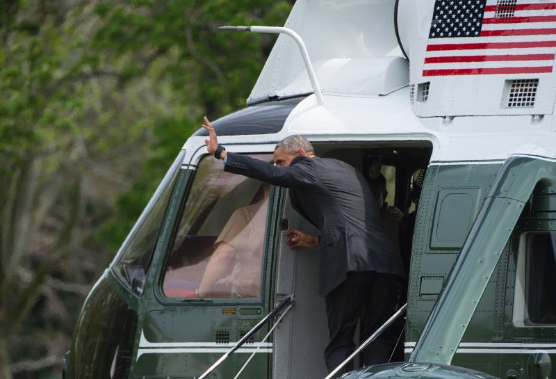 أوباما لدى مغادرته البيت الأبيض قبل بدء رحلته إلى السعودية (أ ف ب )