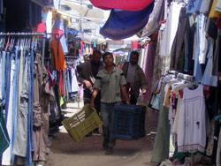 سوق البالة... حين تصبح غزّة مكبّاً للنفايات الإسرائيليّة