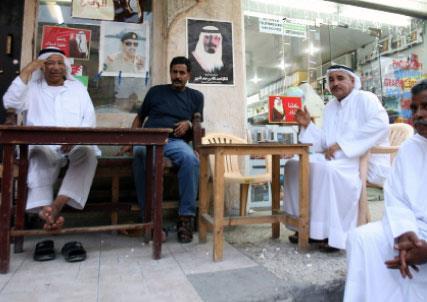 قادة البحرين «يعسكرون» أهلها