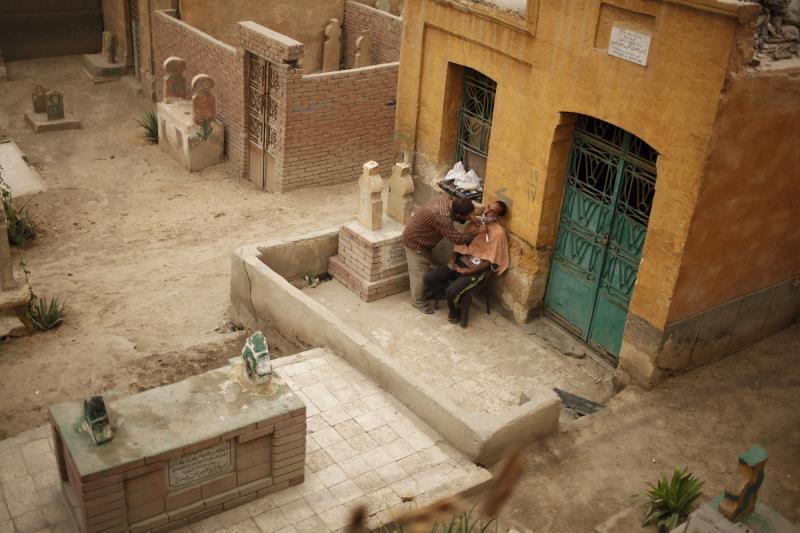 الطلبة القادمون من الأرياف يستأجرون غرفاً في المقابر بسبب أسعار العقارات المجنونة (رويترز)