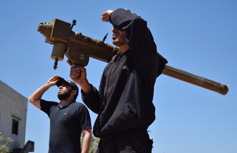 مقاتل يحمل صاروخ FN-6 المضاد للطائرات في تيرمعلة في ريف حمص أمس (أ ف ب)