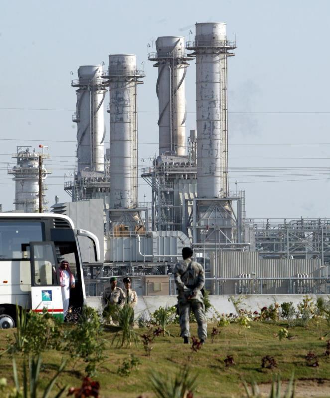 وقائع المنطقة وحروبها تؤكد أن المال النفطي أنقذ الرياض أكثر من مرة (أ ف ب)