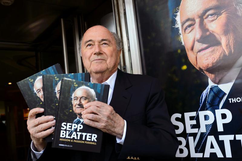 """بلاتر خلال تقديمه كتابه """"سيب بلاتر ــ مهمة وشغف كرة القدم"""""""