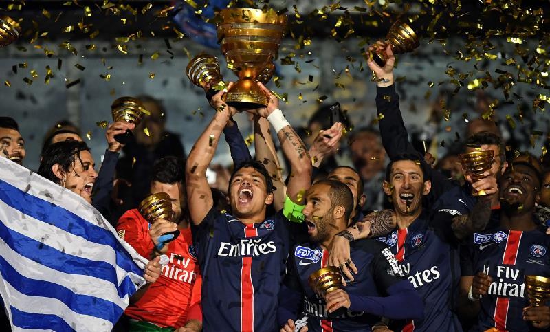 لاعبو فريق العاصمة الفرنسية باريس سان جيرمان يرفعون كأس الرابطة أول من أمس (أ ف ب)
