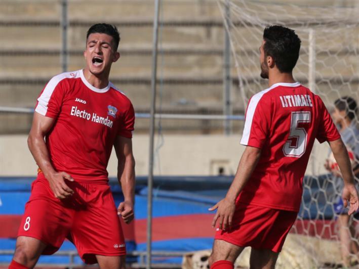 لاعب الاجتماعي فايز شمسين (8) يحتفل بأحد هدفيه في مرمى الحكمة (عدنان الحاج علي)