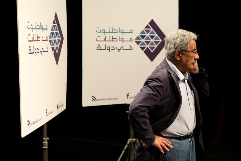 جال نحاس في «بوسطة المواطنين» مع صحافيين وناشطين في سياحة بيروتية (مروان طحطح)