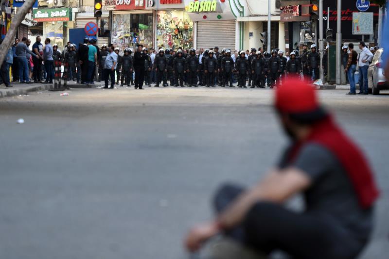 ألقت الشرطة القبض على حاملي العلم المصري (أ ف ب)