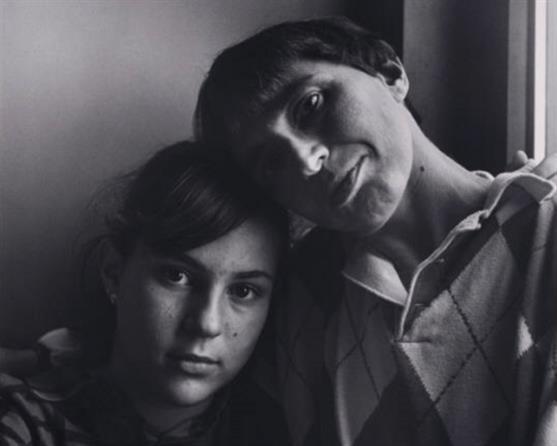 مارلين هاكر مع ابنتها إيفا بعدسة المصوّر الأميركي روبرت جيارد (1987)