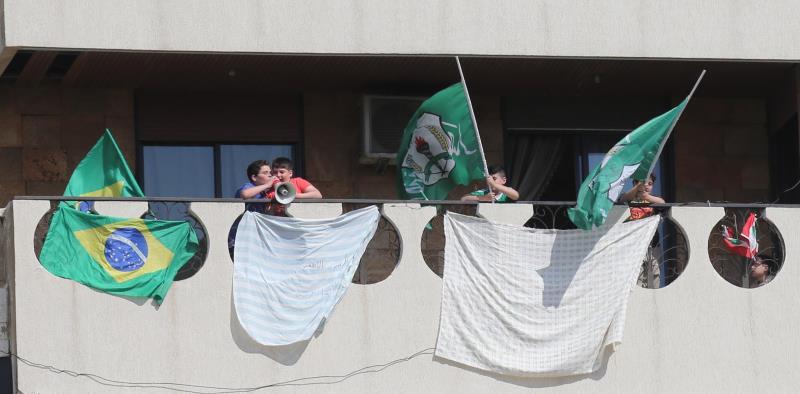 أنصاريون يشجعون فريقهم من إحدى الشرفات المطلّة على الملعب