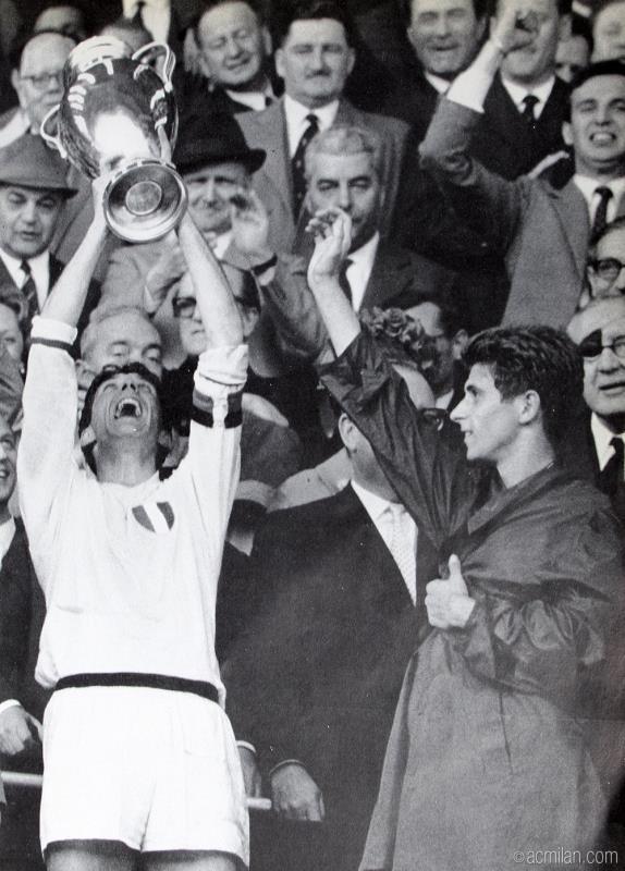 كان تشيزاري مالديني اول كابتن يرفع كأس المسابقة الاوروبية الام مع ميلان (أرشيف)