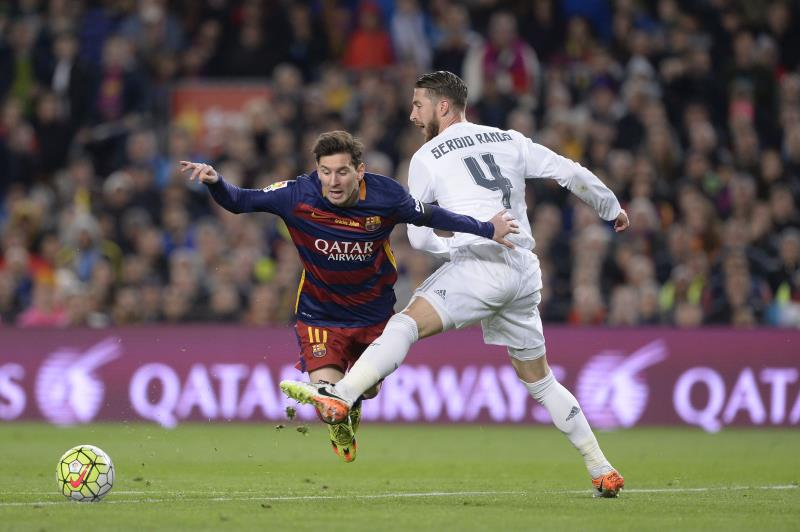 سيرجيو راموس والحكم اليخاندرو هرنانديز كانا اسوأ وجوه المباراة التي استحق فيها ريال مدريد الفوز (أ ف ب)