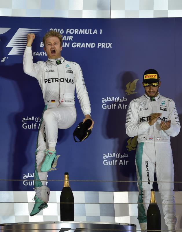 روزبرغ محتفلاً على طريقته الخاصة بانتصاره في البحرين (محمد الشيخ - أ ف ب)