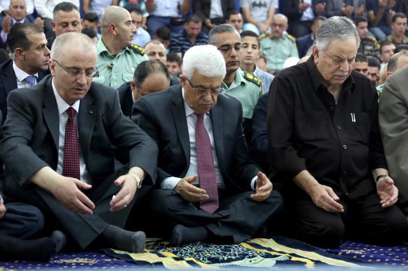 لا تستفيد السلطة من القوة التي وفرتها الانتفاضة بل تتكيف مع السقف الإسرائيلي (آي بي ايه)