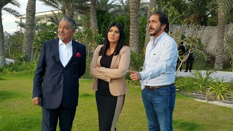 عامر فهد مع زهرة عرفات وجاسم النبهان في موقع تصوير «أحلام على ورق»