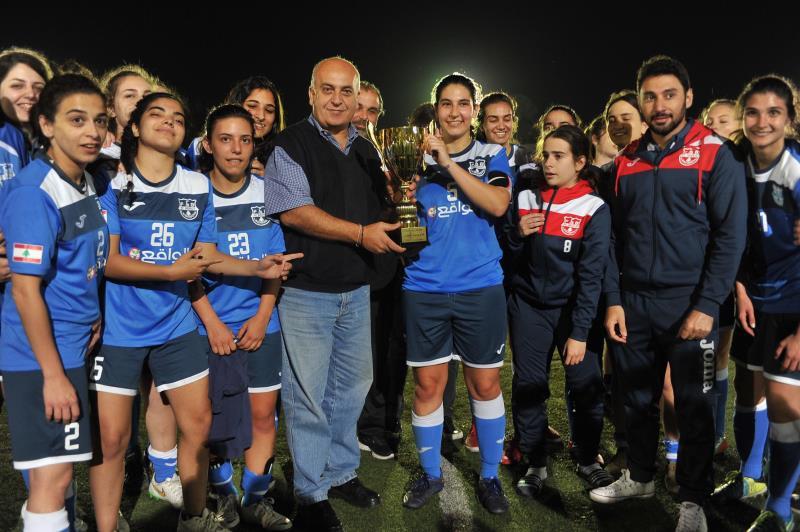 لاعبات بيروت أكاديمي مع الكأس السوبر (عدنان الحاج علي)