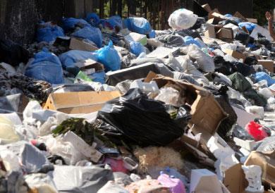 الحكومة لتفاهم سياسي يغطّي  حلاً عشوائياً لأزمة النفايات