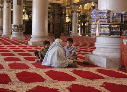 رؤيا | على باب المسجد