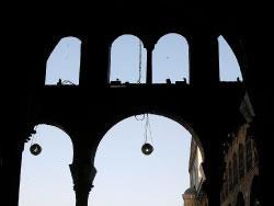 محمود درويش في دِمَشْقَ:  حيث ينامُ الغريبُ على ظلّه واقفاً