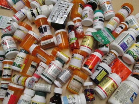 الأدوية في «دكاكين» في حي السلم: «على عينك يا دولة»