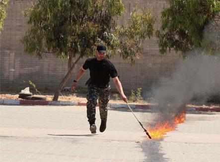 شرطي من «حماس» يحرق نفسه... و«الداخلية» تتكـتم