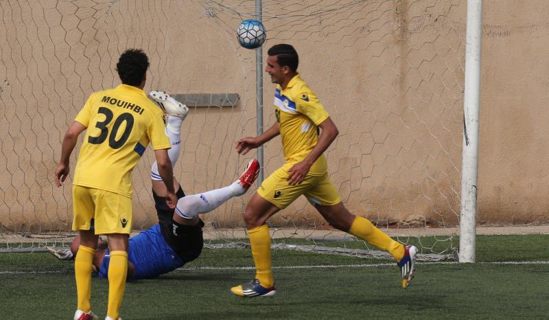 لاعب العهد حسن شعيتو يحتفل بأحد هدفيه في مرمى الحكمة (عدنان الحاج علي)