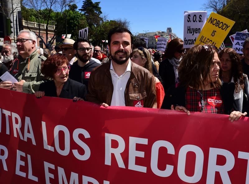 زعيم حزب «اليسار المتحد» ألبيرتو غارزون في مسيرة عيد العمال (أ ف ب)