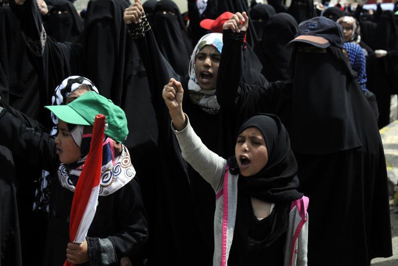 من وقفة نسائية أمام مقرّ الأمم المتحدة في صنعاء للتنديد بدخول قوات أميركية الجنوب (الأناضول)