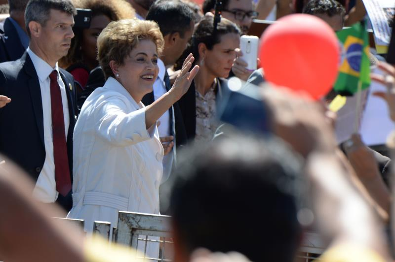 روسيف: أدعو المعارضين للانقلاب إلى البقاء موحدين ومسالمين (أ ف ب)