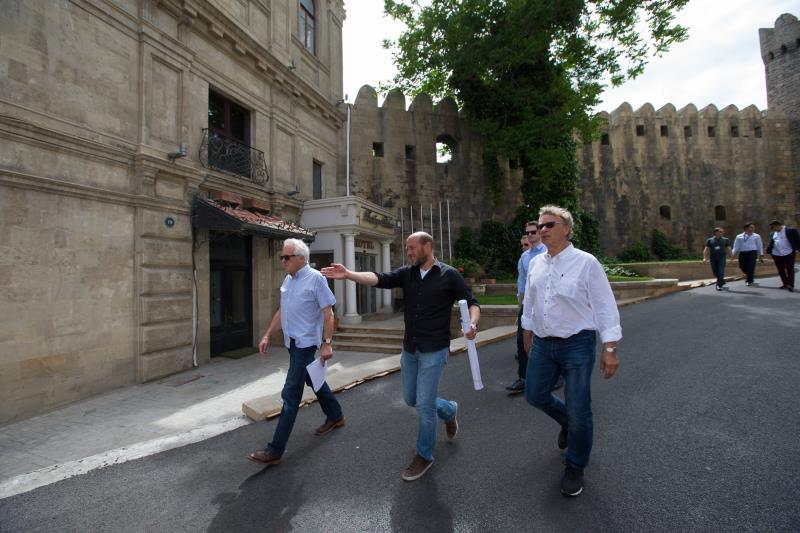 مدير سباقات الفورمولا واحد تشارلي وايتينغ خلال زيارته التفقدية لحلبة باكو