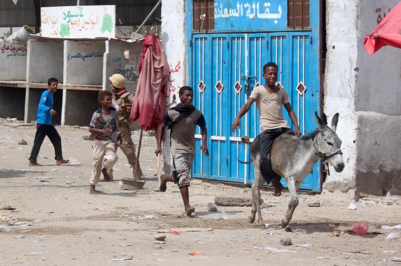 تنفق الأسرة اليمنية 35% من دخلها لشراء القات شهرياً (أ ف ب)