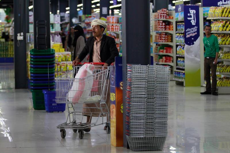 أشار اقتصاديون إلى أن انهيار القيمة الشرائية للعملة اليمنية أمام العملات الاجنبية «حدث مؤقت» (أ ف ب)
