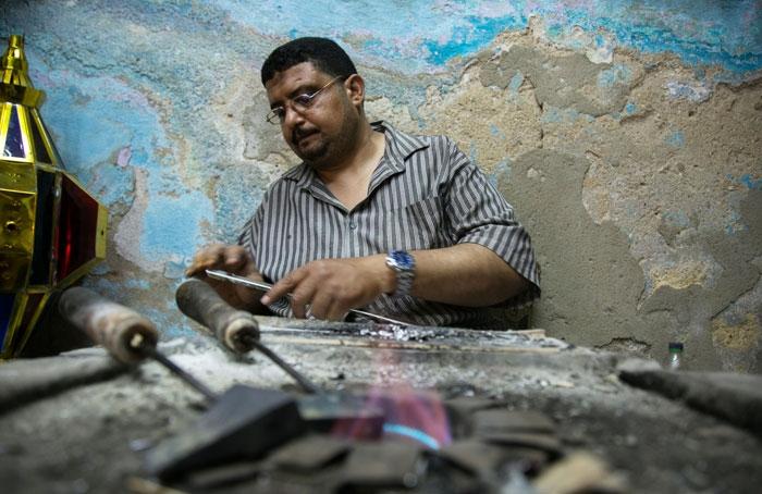 عامل مصري يعمل على تصنيع «فانوس» رمضان قبيل أسبوعين من حلول الشهر