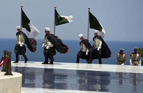 تلتزم الجزائر بجملة مبادئ في سياستها الخارجية، تلخصها في الاعتراف بالدول لا بالأنظمة