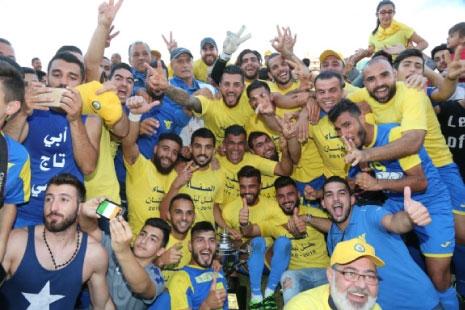 لاعبو الصفاء مع كأس الدوري
