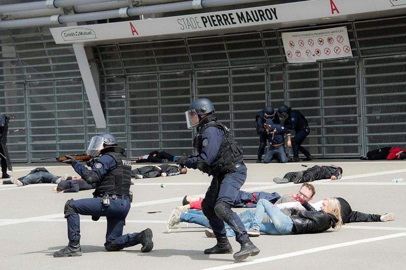 مناورات للشرطة الفرنسية تحاكي هجوماً ارهابياً في محيط ملعب بيار موروي في ليل (إنترنت)