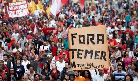 خلال تظاهرة داعمة للرئيسة ديلما روسيف في «بيللو هوريزنتي» أمس
