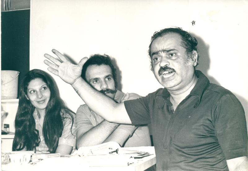 رضا كبريت مع طوني حنا وسلوى القطريب خلال التدريبات لمسرحية «سنقف سنقف» (1974)