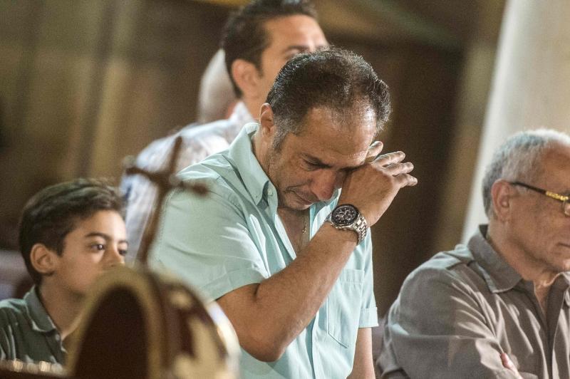 مصريون يشاركون في قداس لتأبين ضحايا الطائرة المصرية