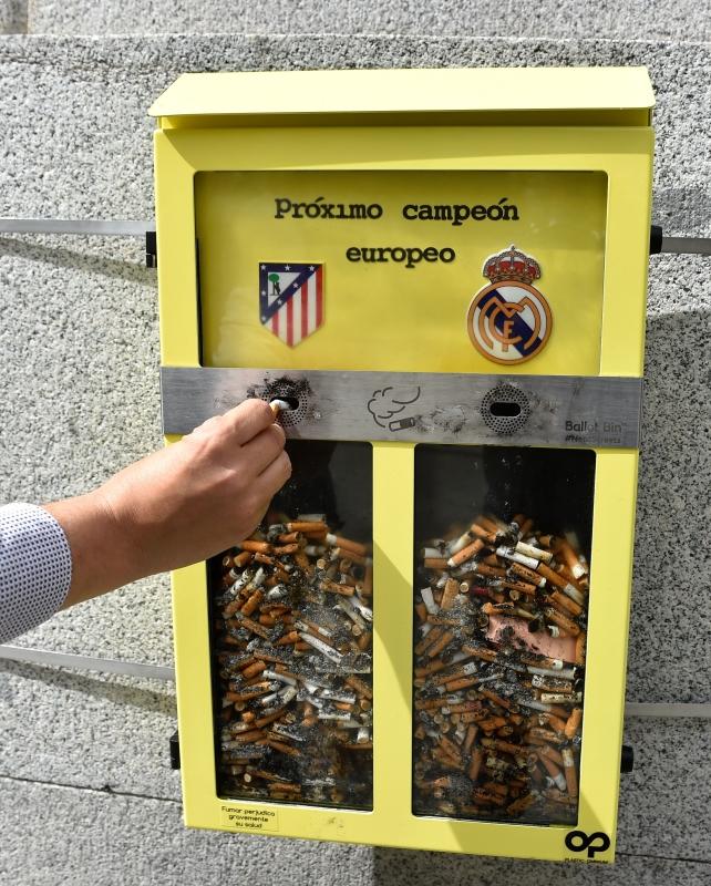 استفتاء فريد من نوعه في مدريد لتوقّع هوية الفائز باللقب (جيرارد جوليان - أ ف ب)