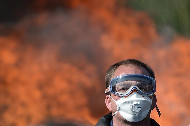 أثناء إضراب عمالي في مخزن للنفط غرب فرنسا صباح أمس (أ ف ب)