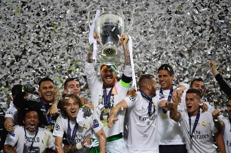 لاعبو ريال مدريد يرفعون كأس دوري أبطال أوروبا (بيار- فيليب ماركو ــ أ ف ب)