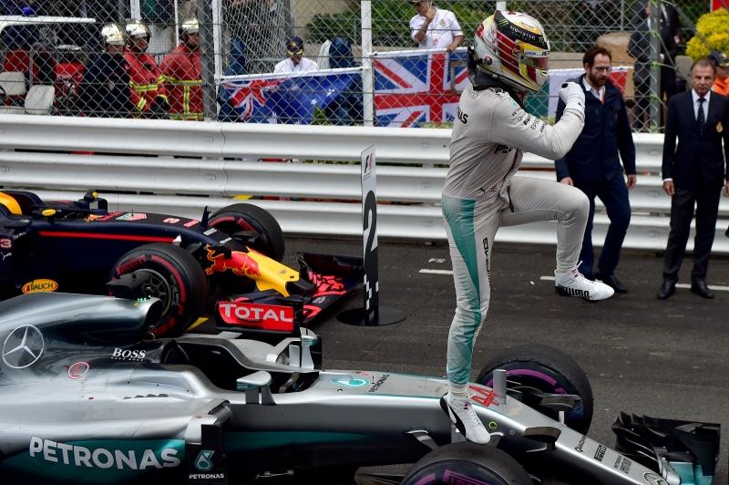 هاميلتون يرقص فرحاً على سيارته بعد فوزه بسباق موناكو (أ ف ب)