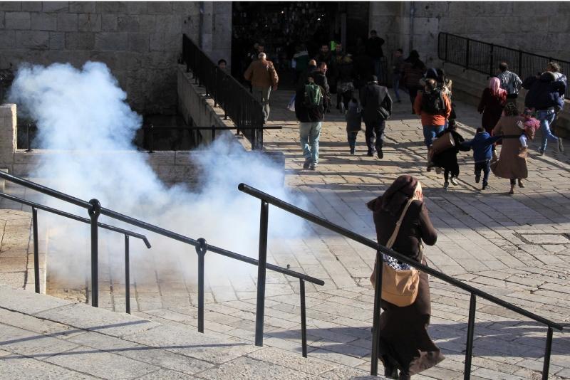 فيما تسارع إسرائيل لعلاج المستوطنين بأحدث التقنيات تهمل السلطة مصابي الانتفاضة (آي بي ايه)