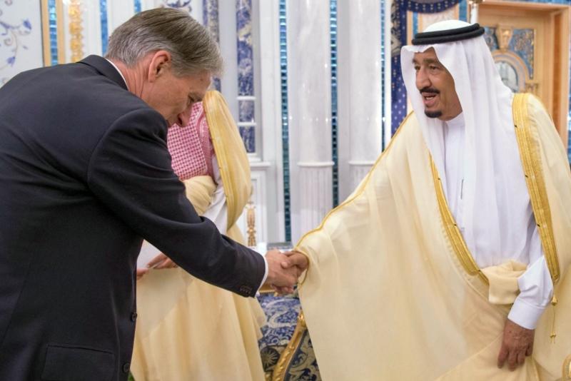 أكد هاموند أنه لا بديل من الحل السياسي العاجل في اليمن (أ ف ب)