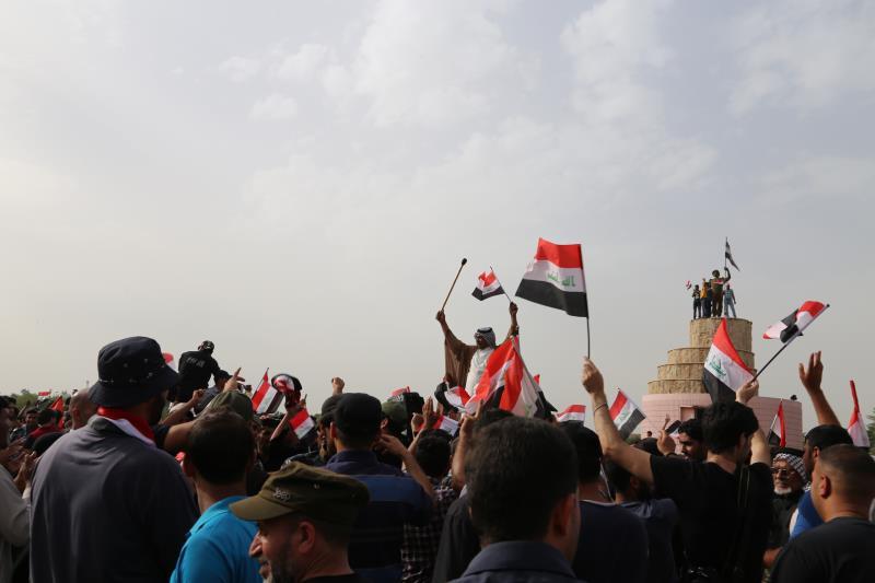 بقي انصار الصدر 5 ساعات في المباني الحكومية قبل أن ينسحبوا (الأناضول)