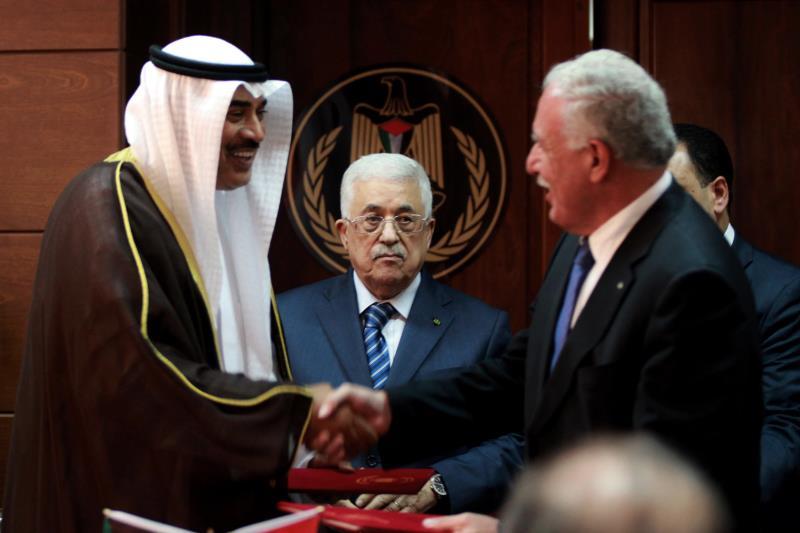 مصافحة بين وزيري الخارجية الفلسطيني والكويتي في الزيارة اللافتة للأخير إلى الضفة في 2014 (آي بي ايه)