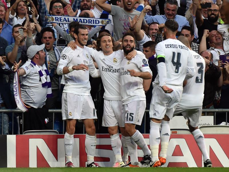 فرحة لاعبي ريال مع جمهورهم بهدف التأهل الوحيد (جيرارد جوليان ــ أ ف ب)