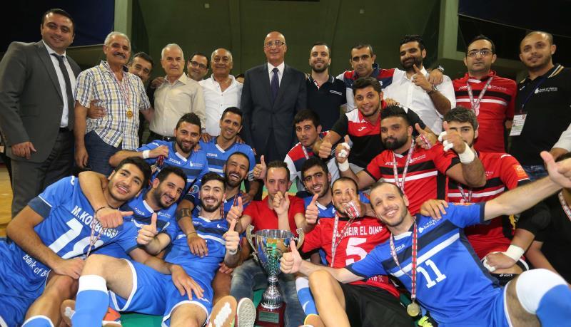لاعبو بنك بيروت يحتفلون بالكأس (عدنان الحاج علي)