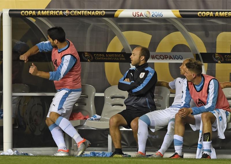 سواريز يصبّ جام غضبه على مقعد البدلاء بعد منعه من اللعب أمام فنزويلا (أ ف ب)