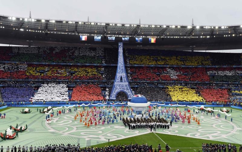 كان حفل الافتتاح بسيطاً ودام 15 دقيقة فقط واستوحي من رموز الثقافة الشعبية الفرنسية (أ ف ب)